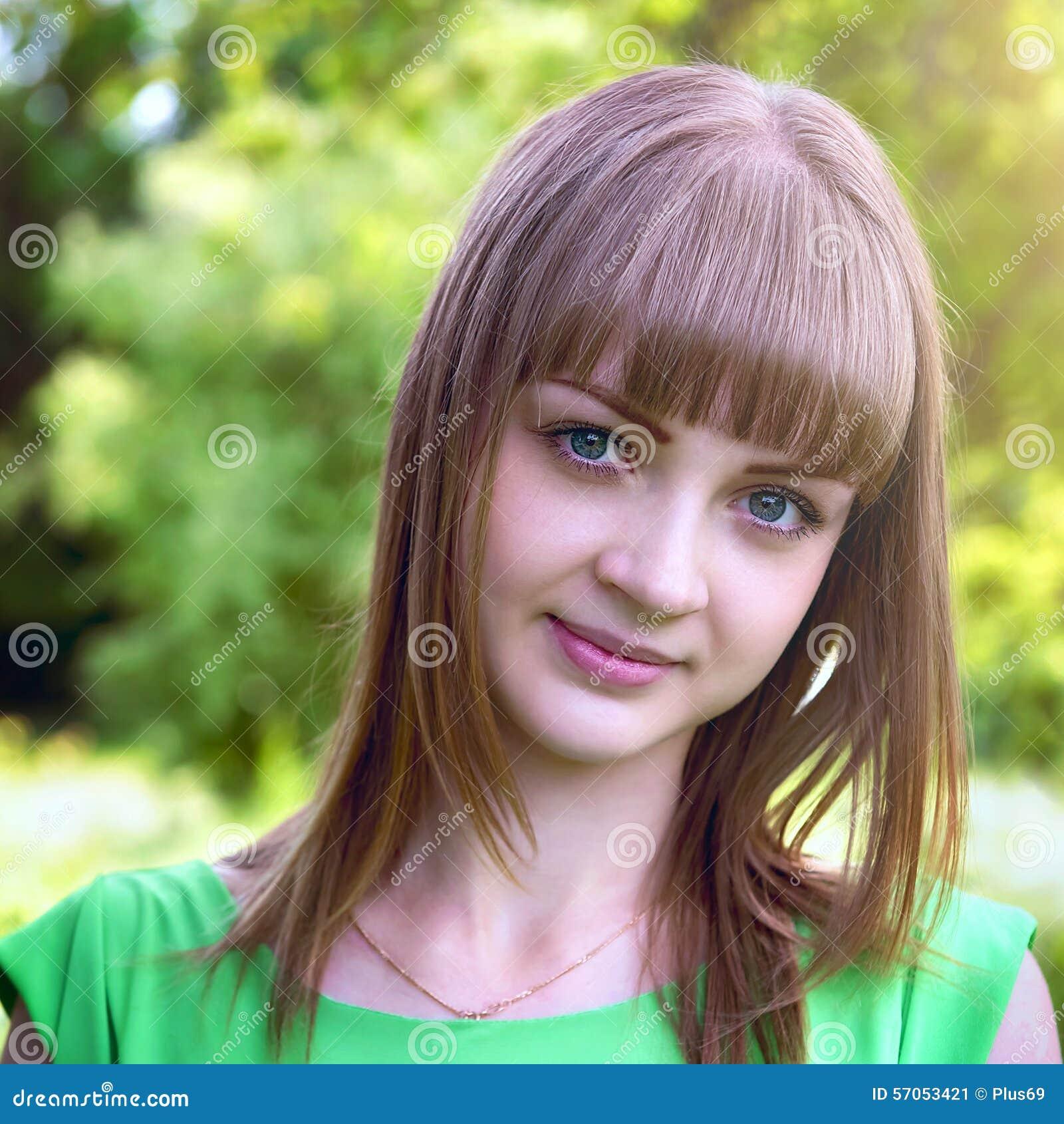 Portret van een sensueel jong meisje in openlucht