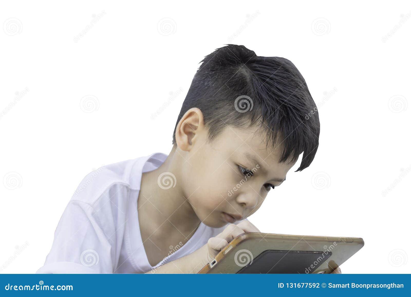 Portret van een slijtaget-shirts van jongensazië, speltelefoon op een witte achtergrond