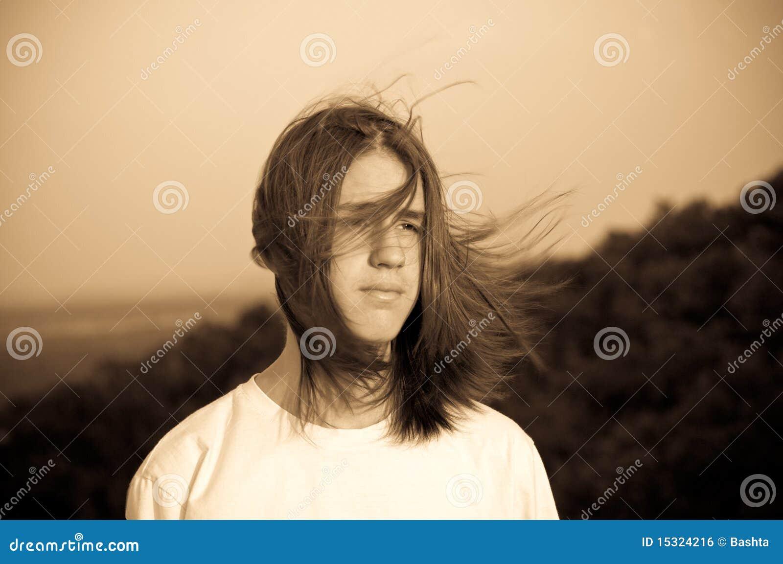 Portret van een tiener. wind.