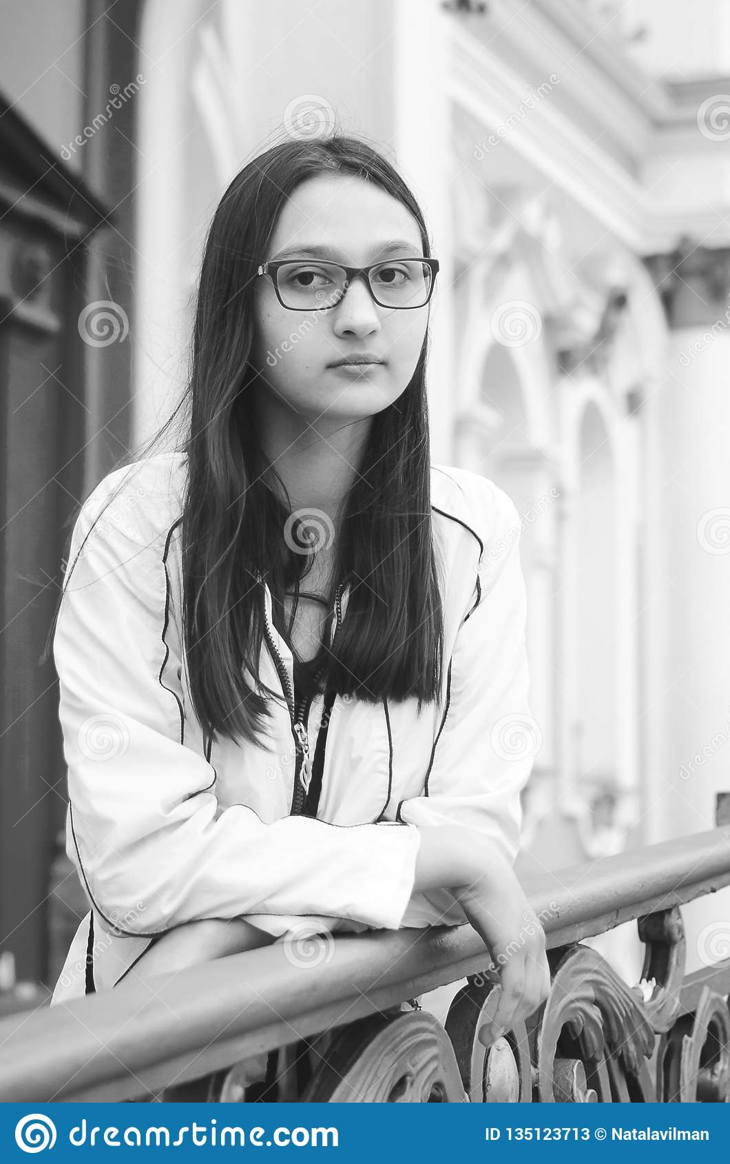 Portret van een vrij jong meisje met glazen