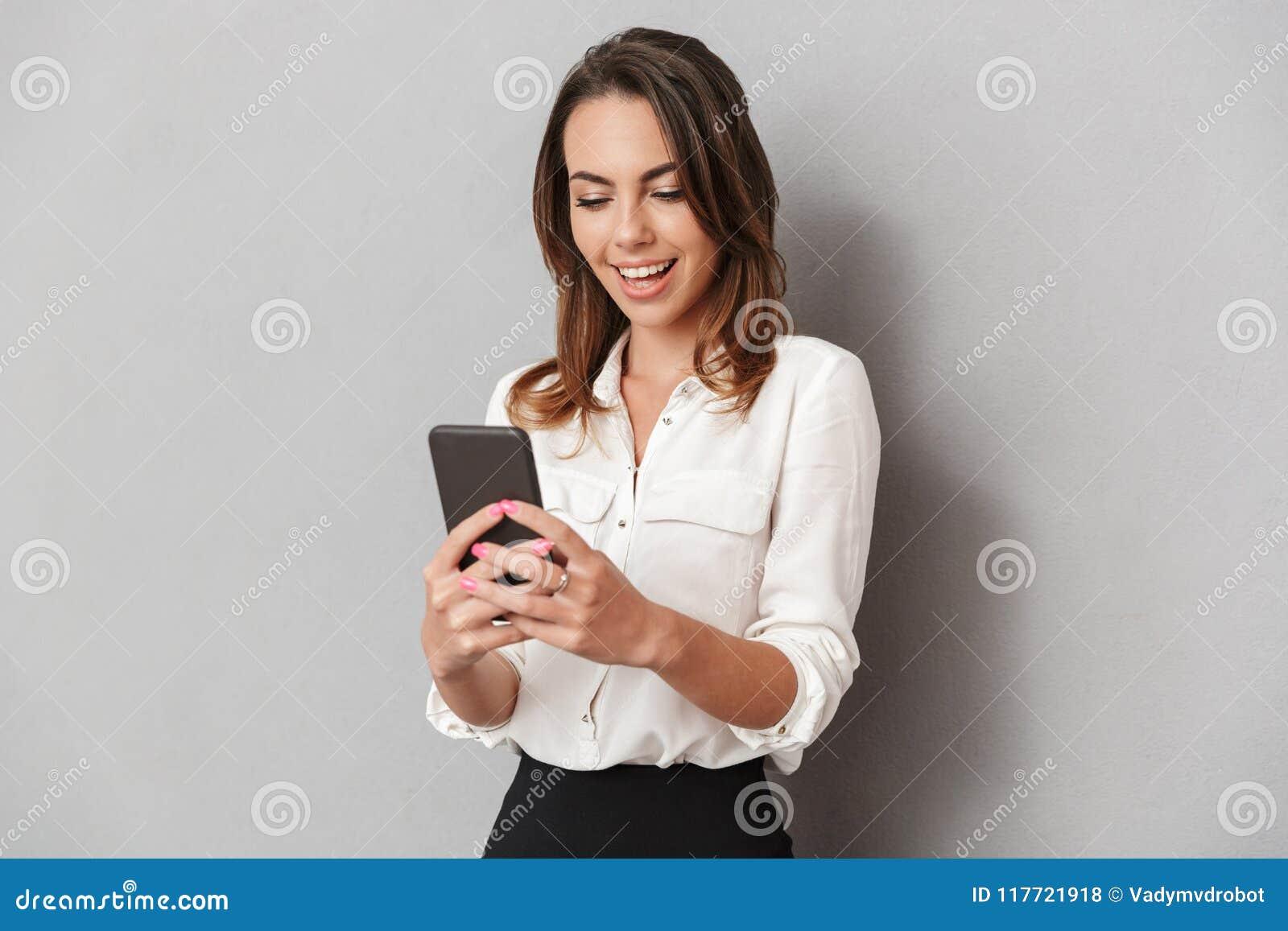 Portret van een vrolijke jonge bedrijfsvrouw
