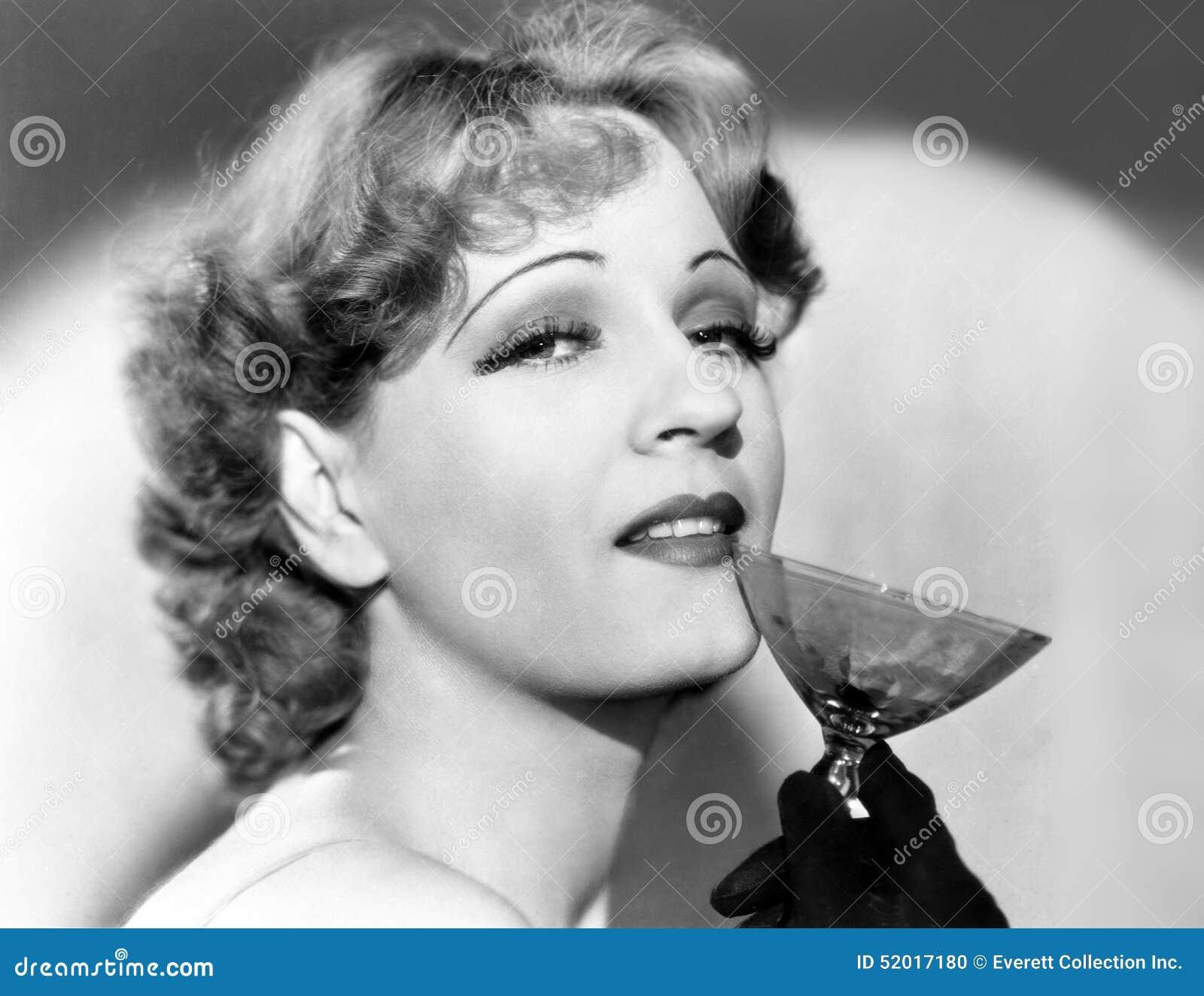 Portret van een vrouw die een martini-glas houden (Alle afgeschilderde personen leven niet langer en geen landgoed bestaat Levera