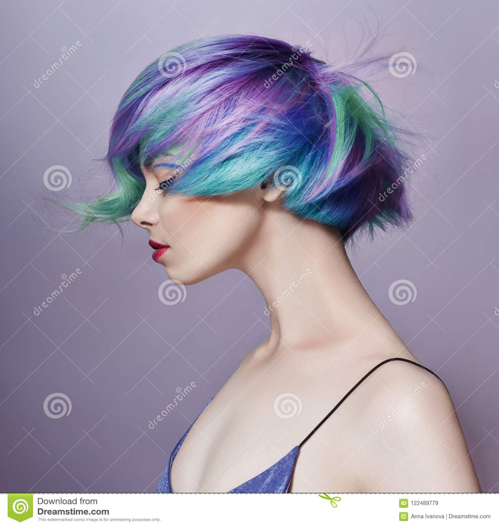Portret van een vrouw met helder gekleurd vliegend haar, alle schaduwen van purple Haarkleuring, mooie lippen en make-up haar