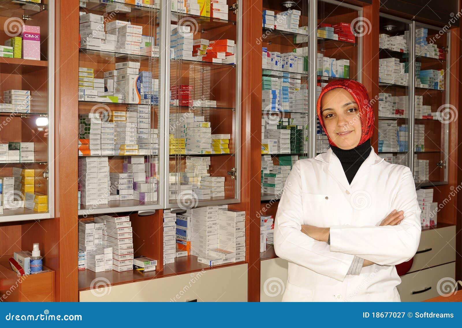 Portret van een vrouwelijke apotheker bij apotheek