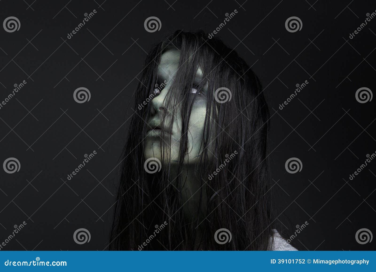 Portret van een vrouwelijke zombie