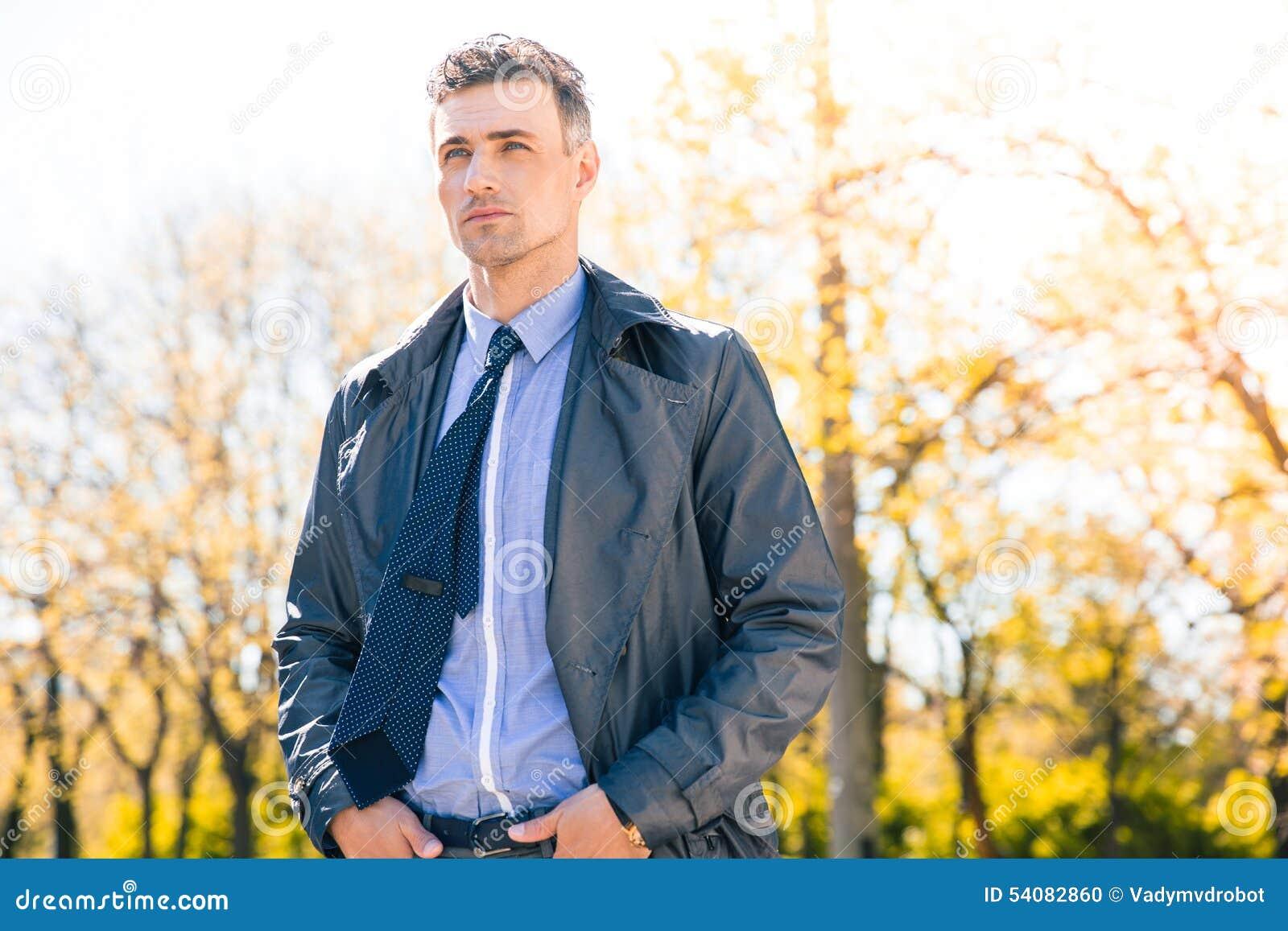 Portret van een zekere zakenman in openlucht