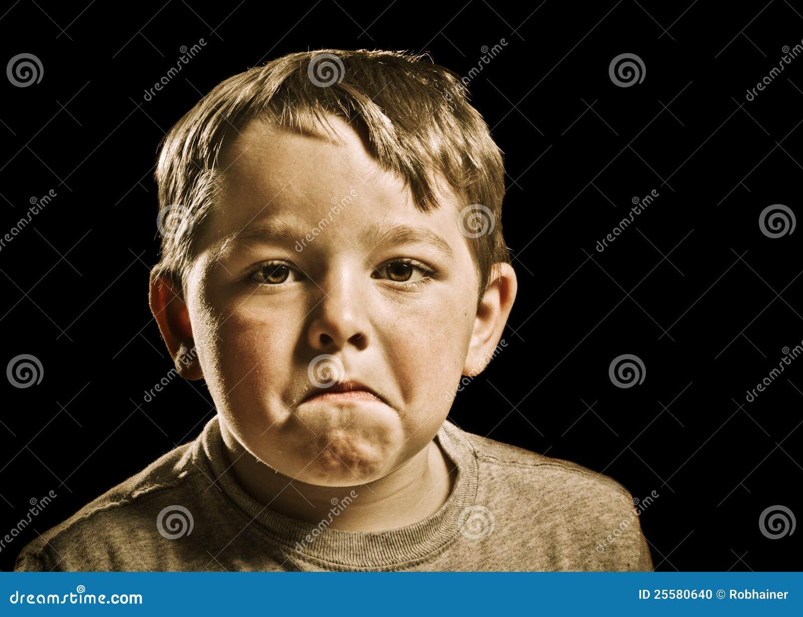 Portret van ernstig, droevig, boos of gedeprimeerd kind