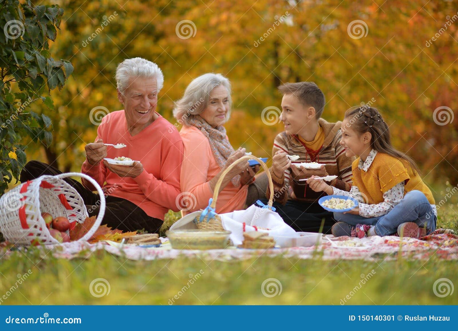 Portret van familie op picknick in de herfst
