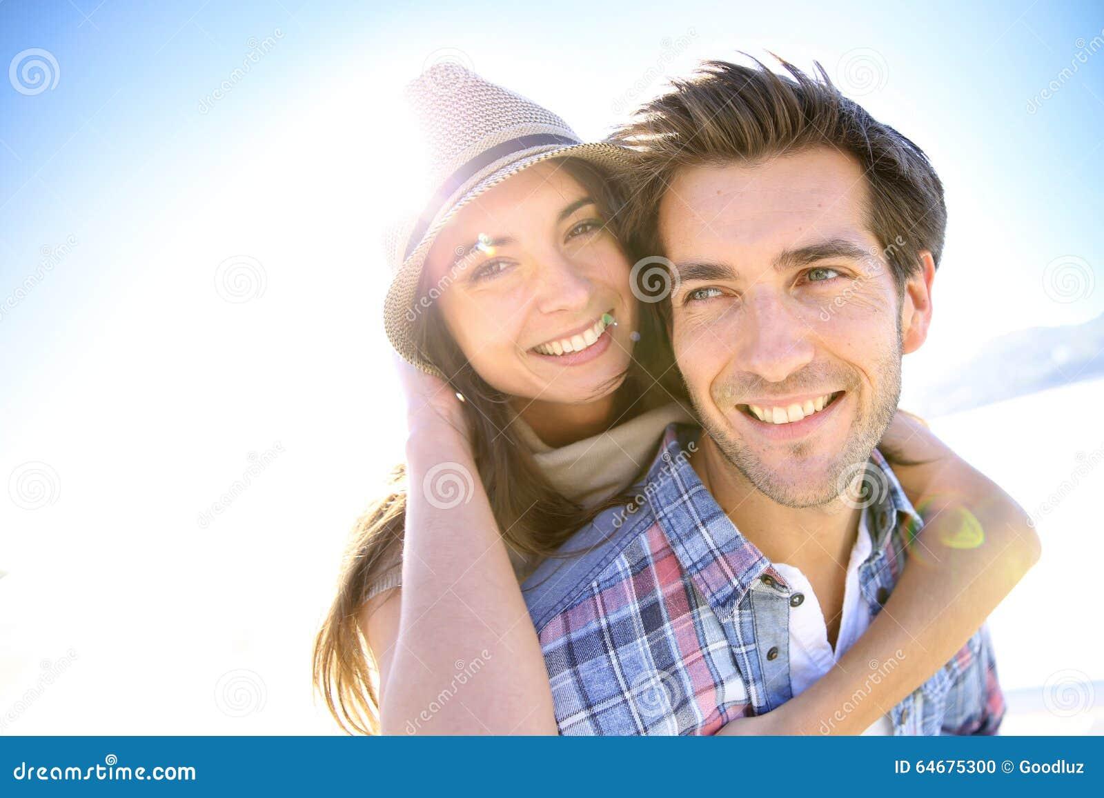 Portret van gelukkig jong paar op het strand