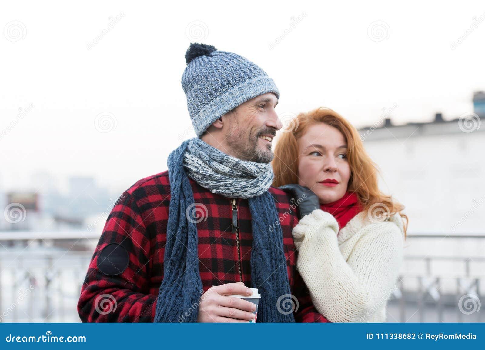 Portret van gelukkig paar met koffiekop Het paar heeft datum op stadsstraat Houdend van paar die manier kijken te herstellen