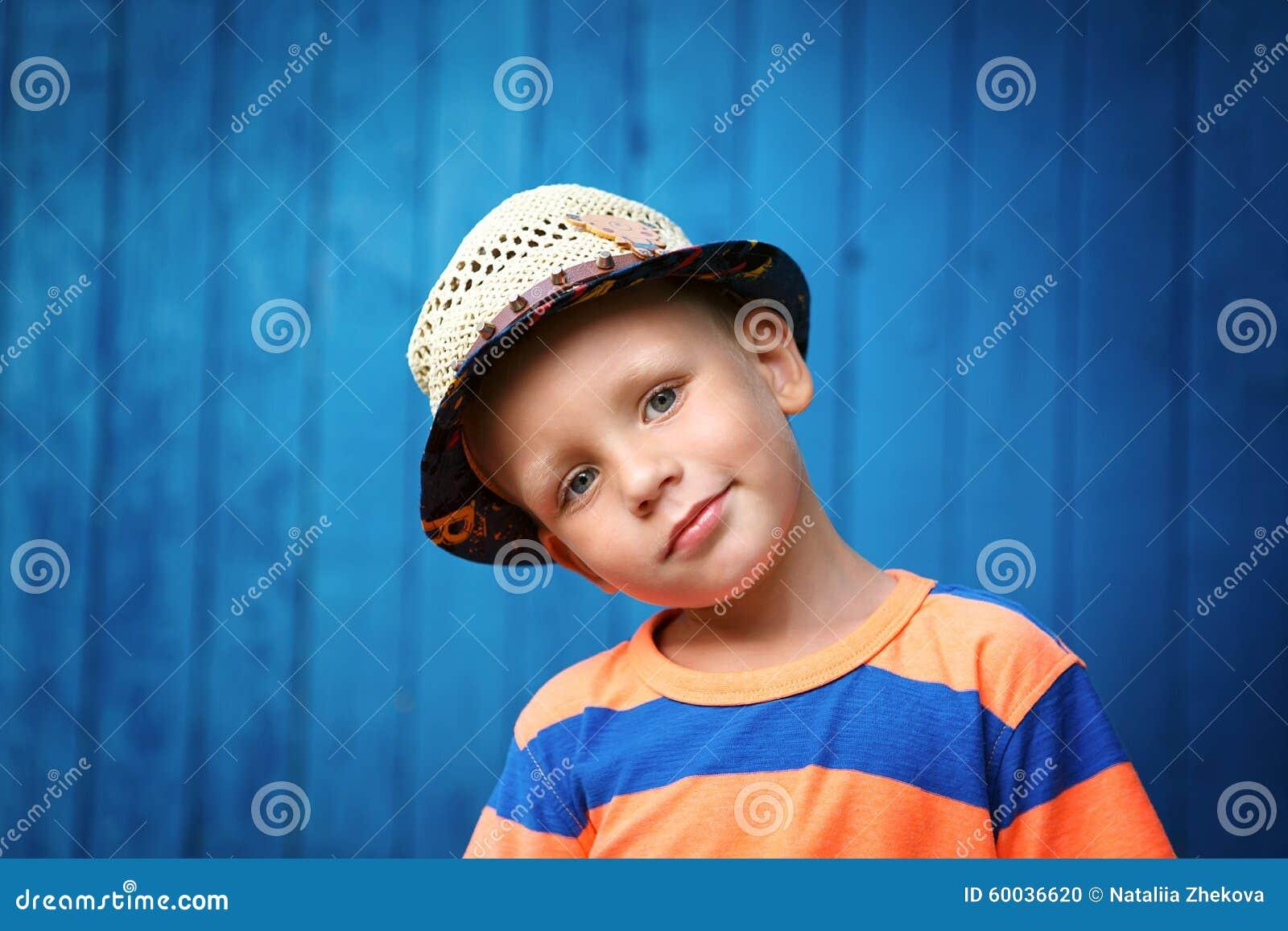 Portret van gelukkige blij mooi weinig jongen die een stro Ha dragen