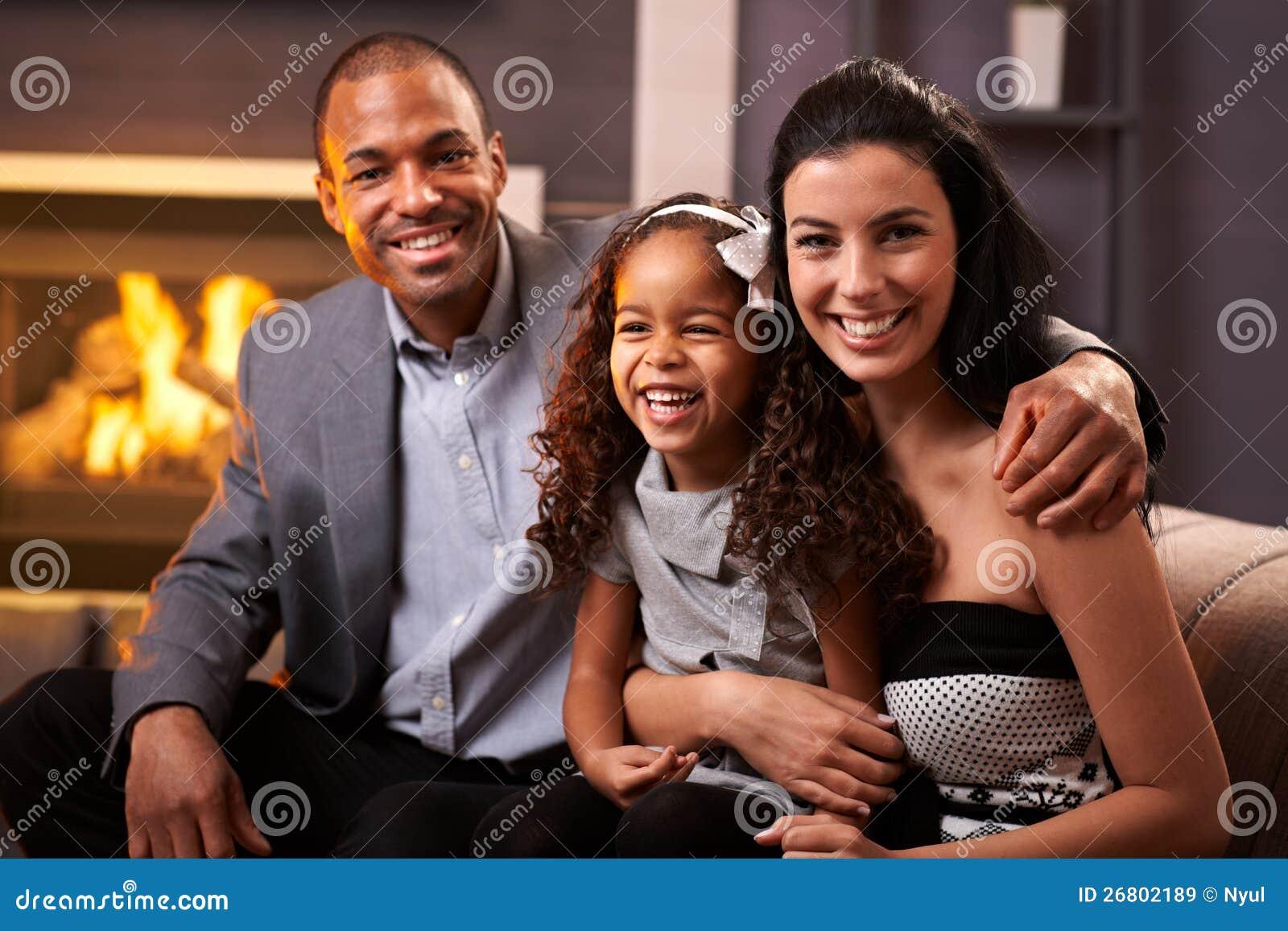 Portret van gelukkige diverse familie thuis