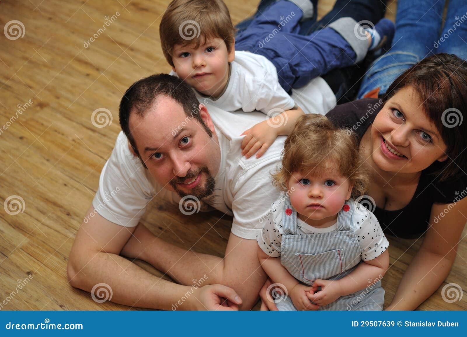 Portret van gelukkige familie thuis