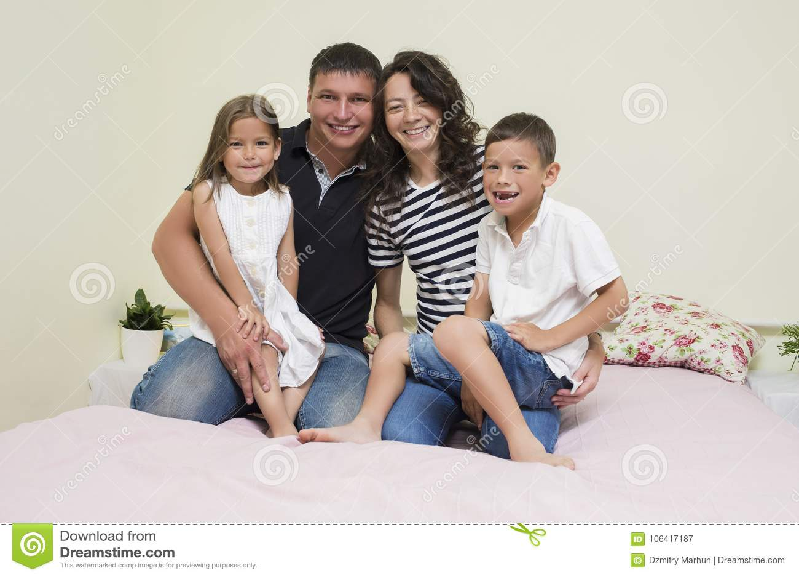 Portret van Gelukkige Kaukasische Familie die met Twee Jonge geitjes samen stellen