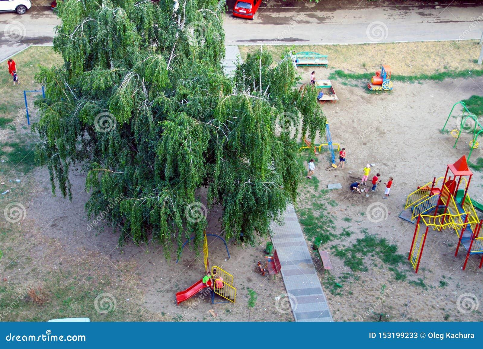Portret van gelukkige kinderen die samen in de yard op het ogovayaplatform spelen, hoogste mening