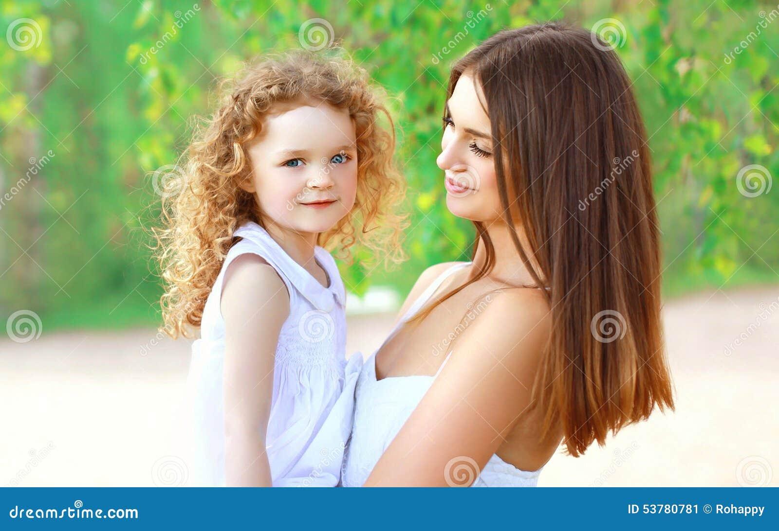 Portret van gelukkige moeder en weinig dochter samen in de zomer