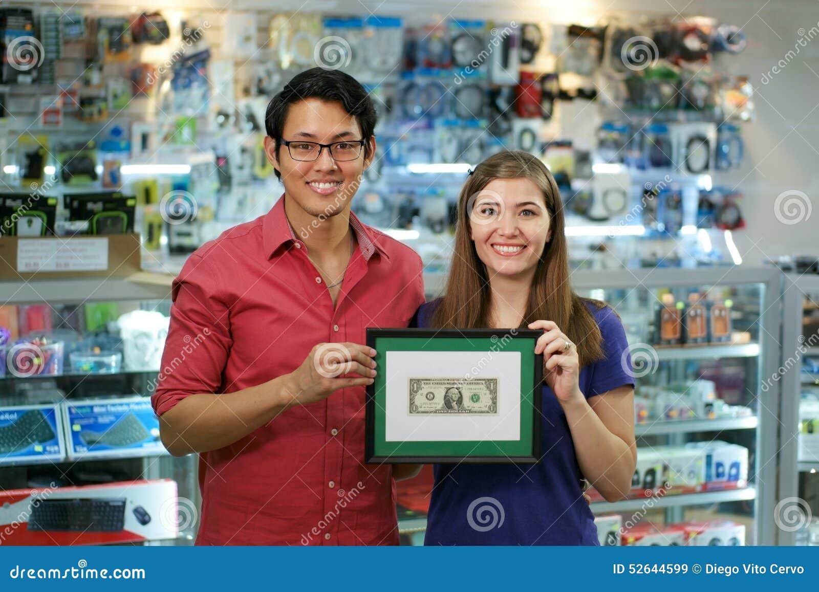 Portret van Gelukkige Winkeleigenaars die het Eerste Dollar Verdienen tonen