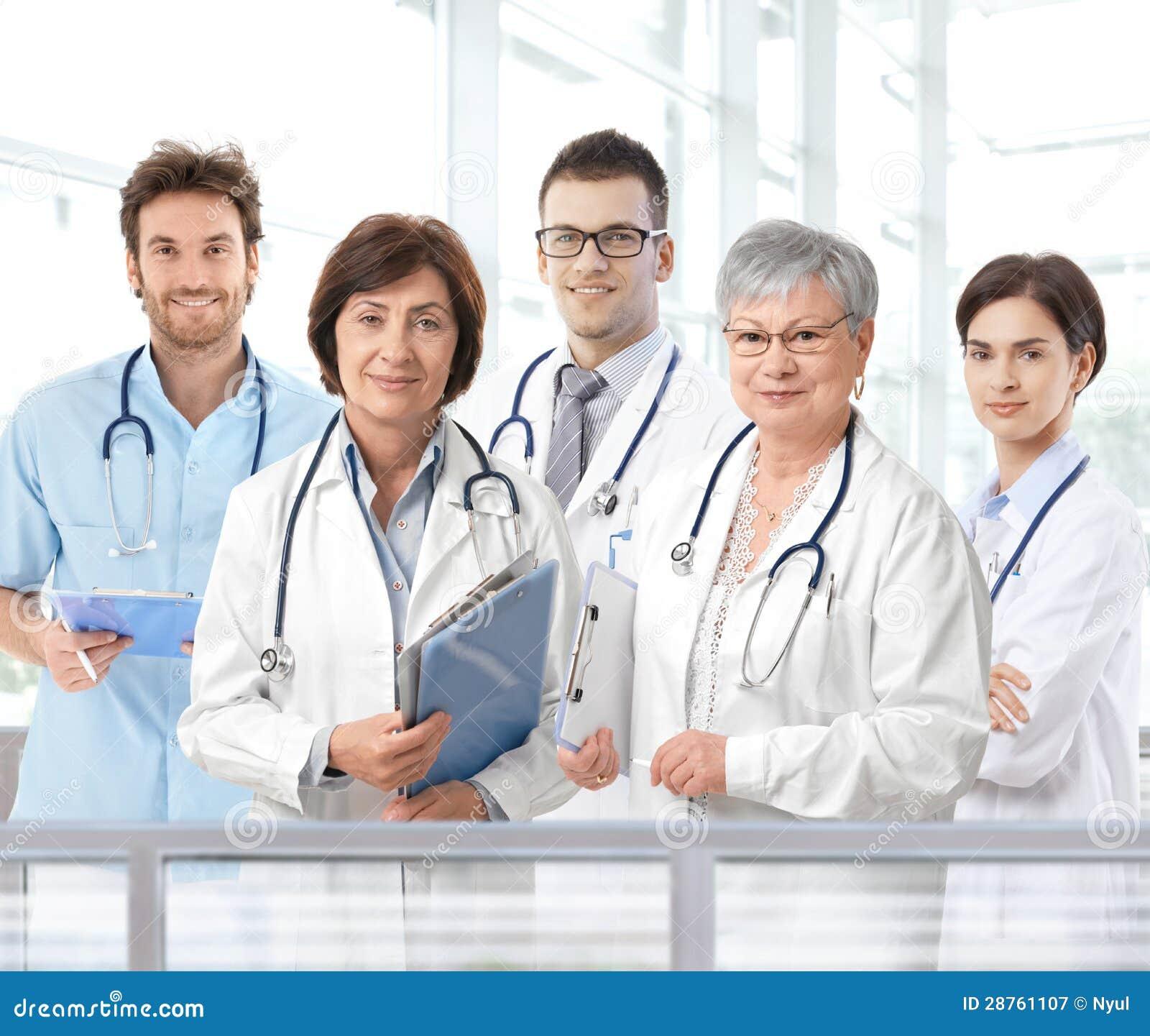 Portret van gemengd oud medisch team