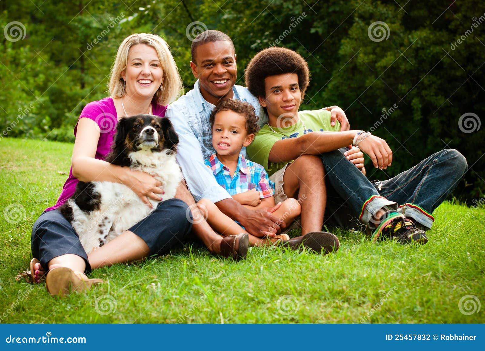 Portret van gemengde rasfamilie
