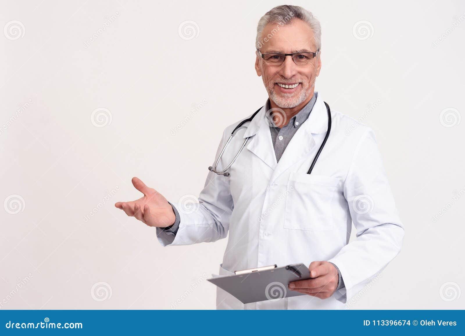 Portret van glimlachende arts met stethoscoop en geïsoleerd klembord