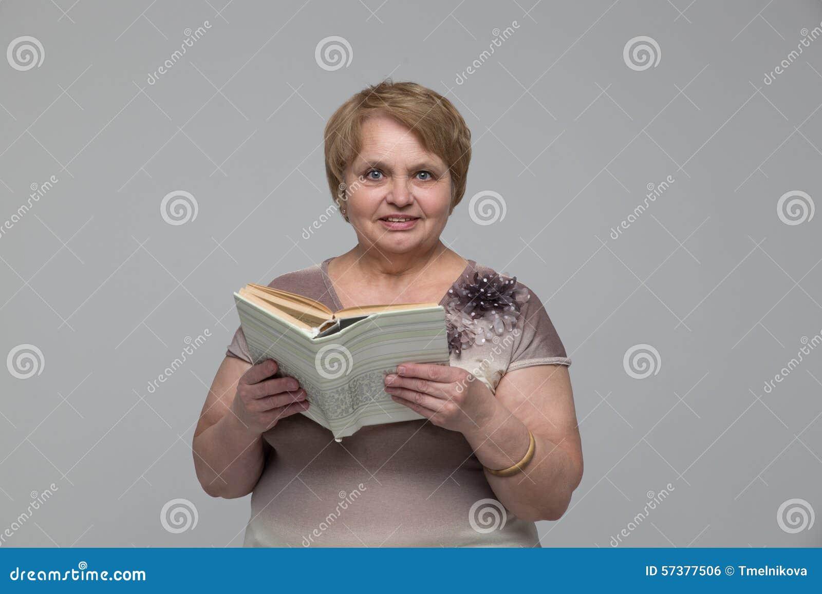 Portret van glimlachende hogere vrouw met een boek