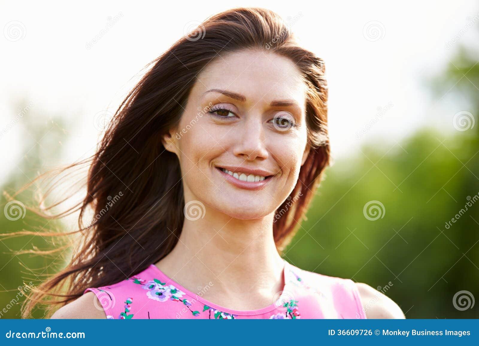 Portret van Glimlachende Spaanse Vrouw in Platteland