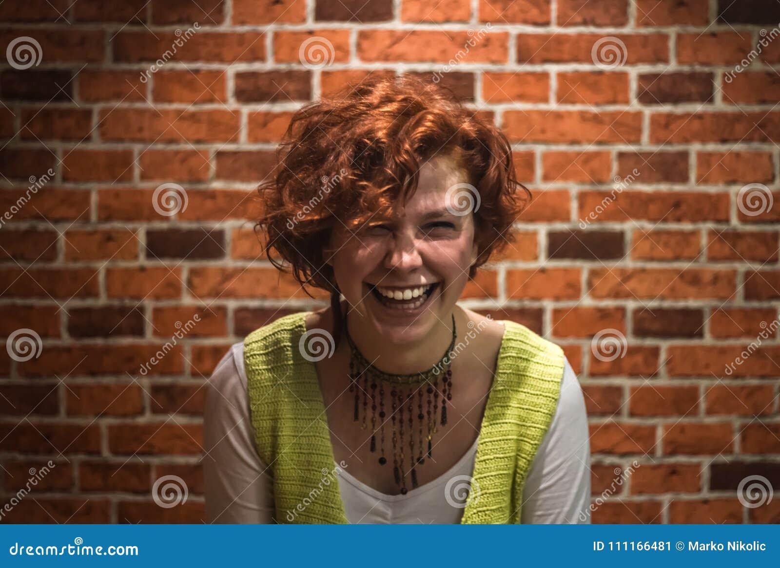 Portret van goed-lookin-goedmeisje met gember krullende haar en sproeten