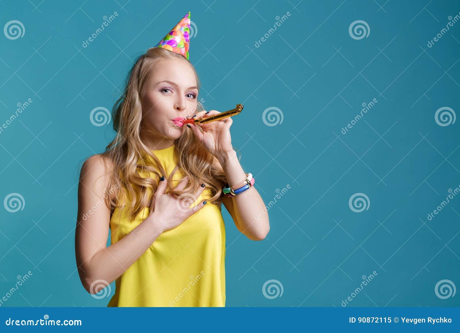 Geel Overhemd.Portret Van Grappige Blonde Vrouw In Verjaardagshoed En Geel
