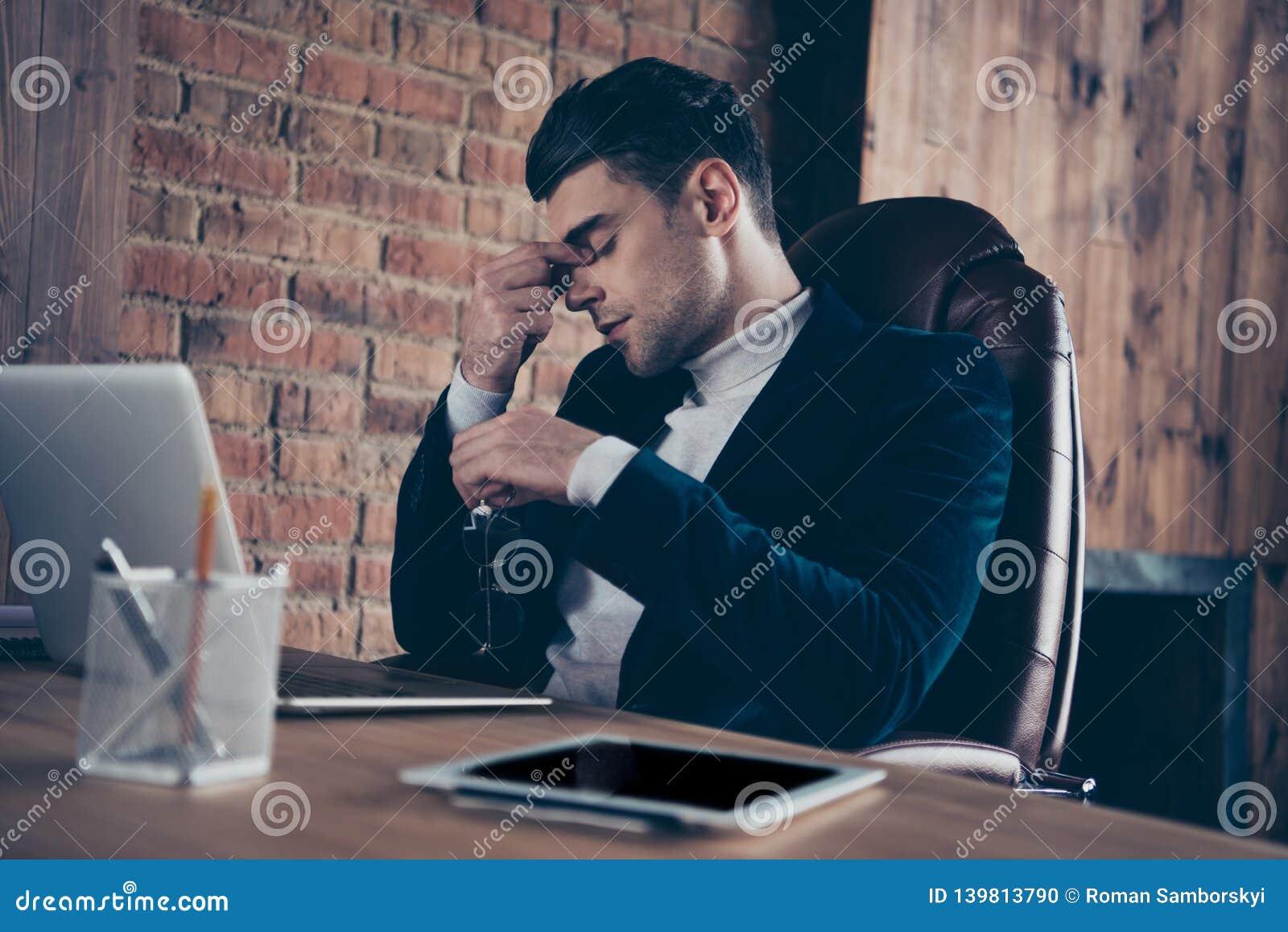 Portret van van hem hij het modieuze knappe kerel deskundige specialist eindigen die harde dag uitgeput na moeilijke baan beëindi