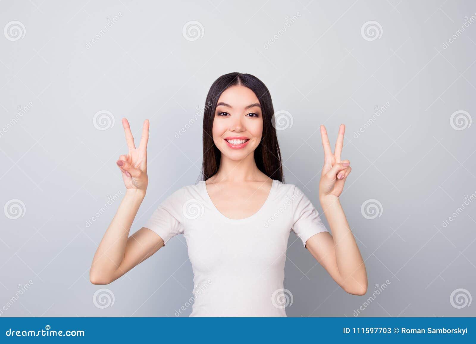 Portret van het blije, grappige, glimlachende, toothy, mooie meisje tonen