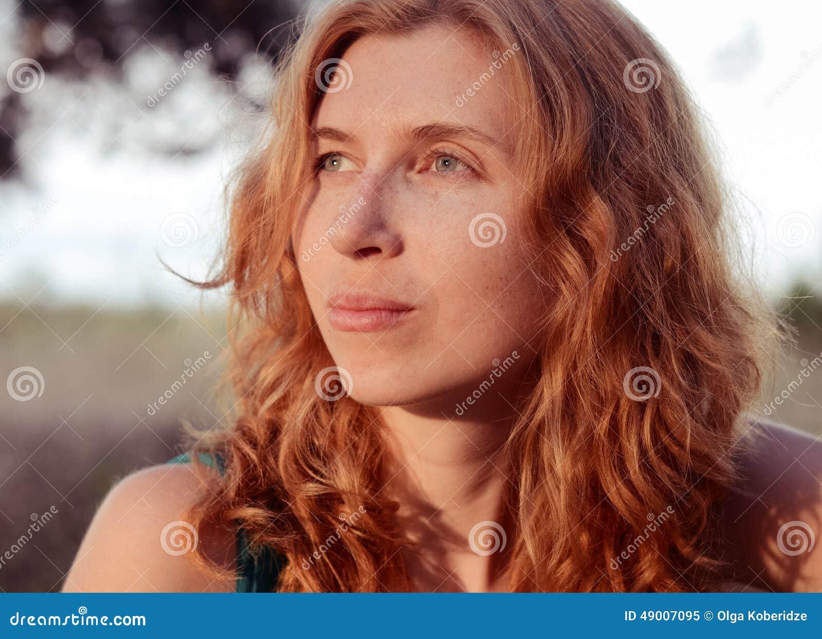 Portret van het dromen en mooie roodharig