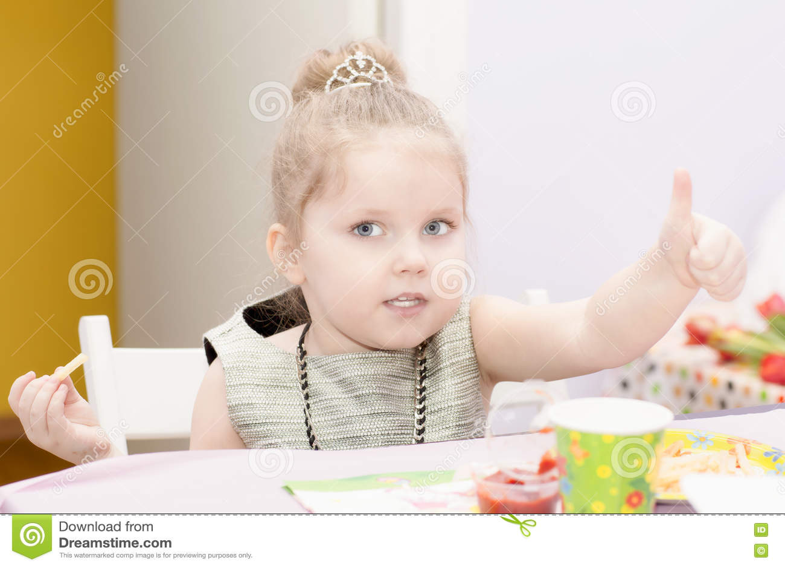 Portret van het meisjesclose-up van vier jaar