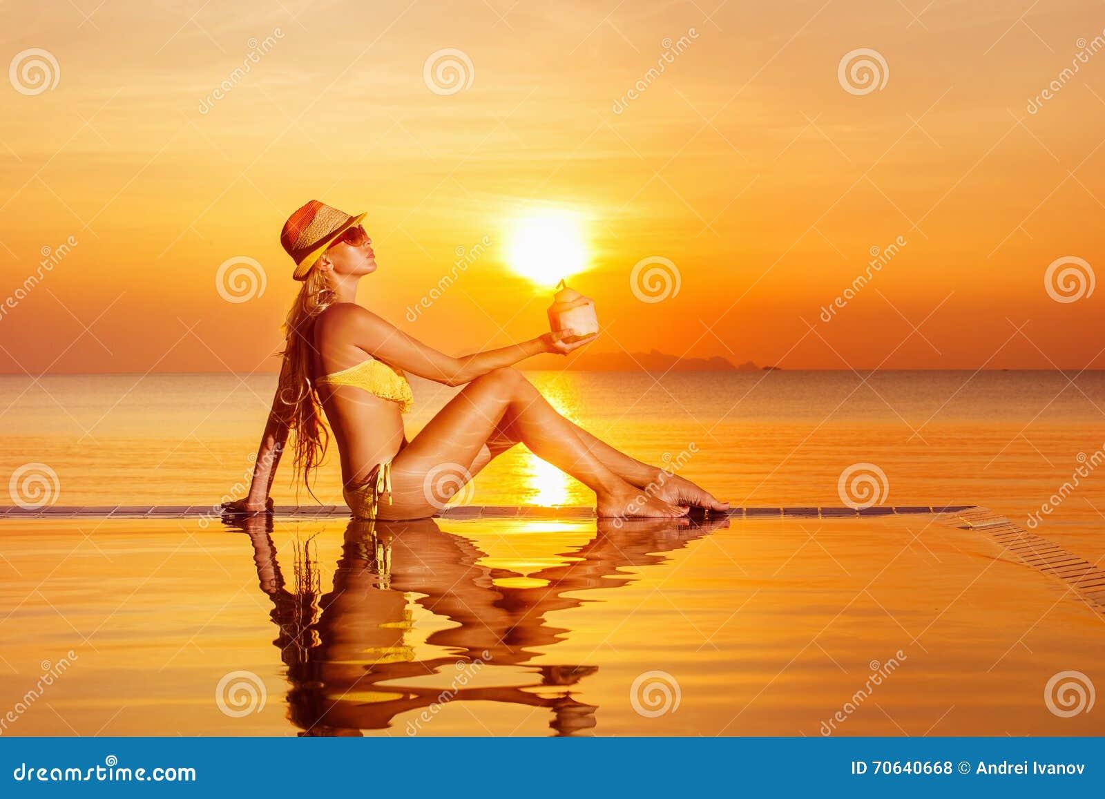 Portret van het mooie gezonde vrouw ontspannen bij zwembad