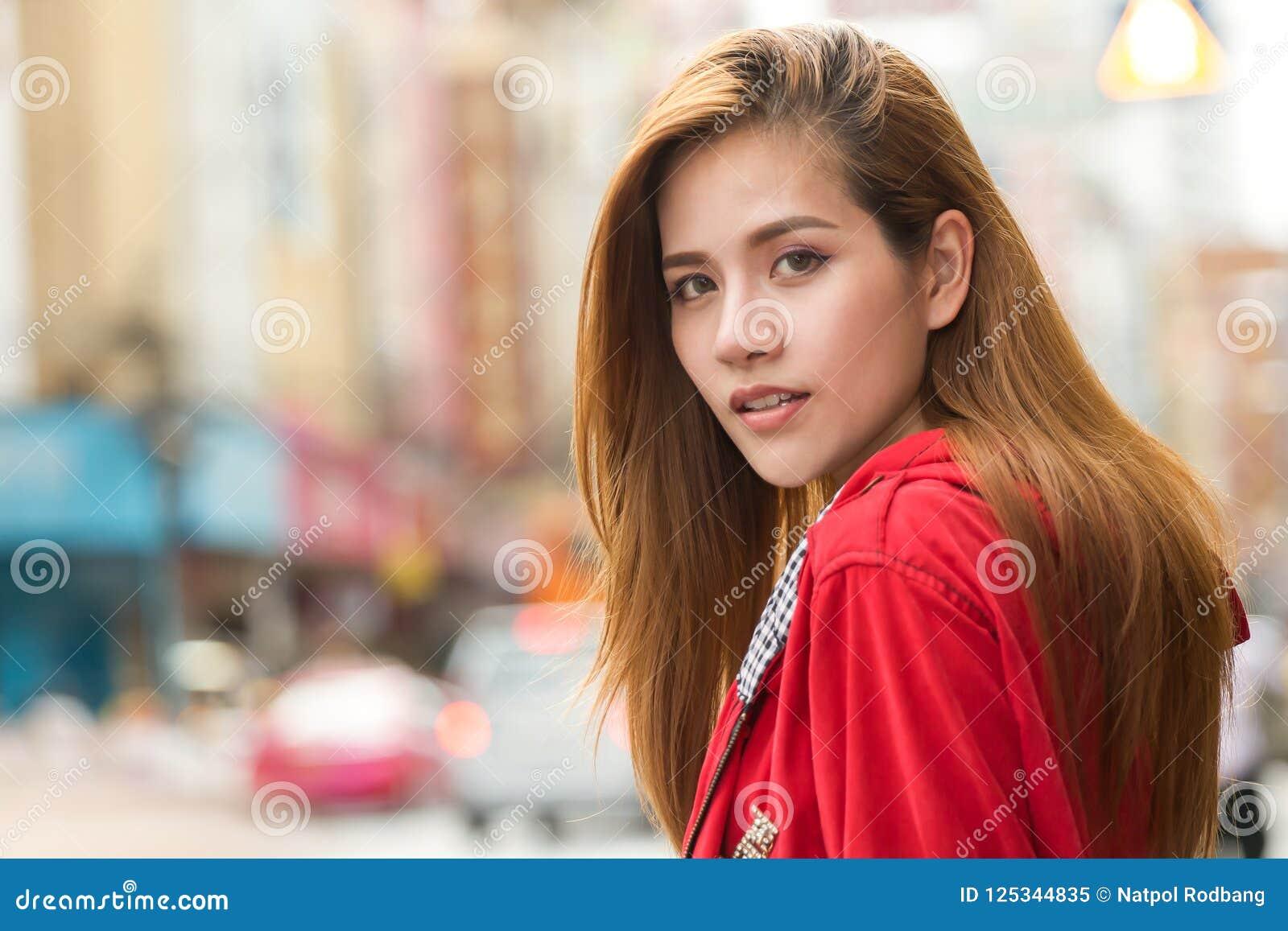 Portret van het mooie Jonge Aziatische de reiziger van de vrouwentoerist glimlachen