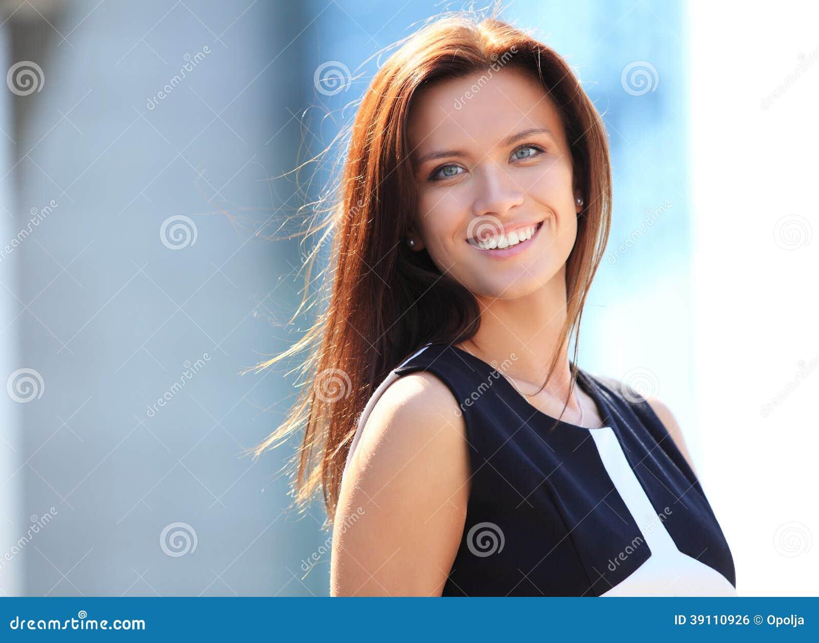 Portret van het succesvolle bedrijfsvrouw glimlachen