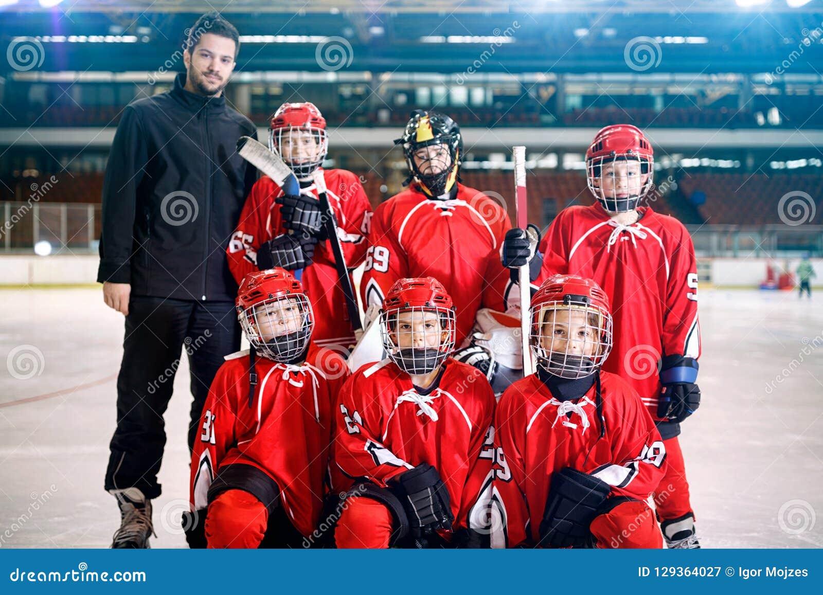 Portret van het teamijshockey van jongensspelers