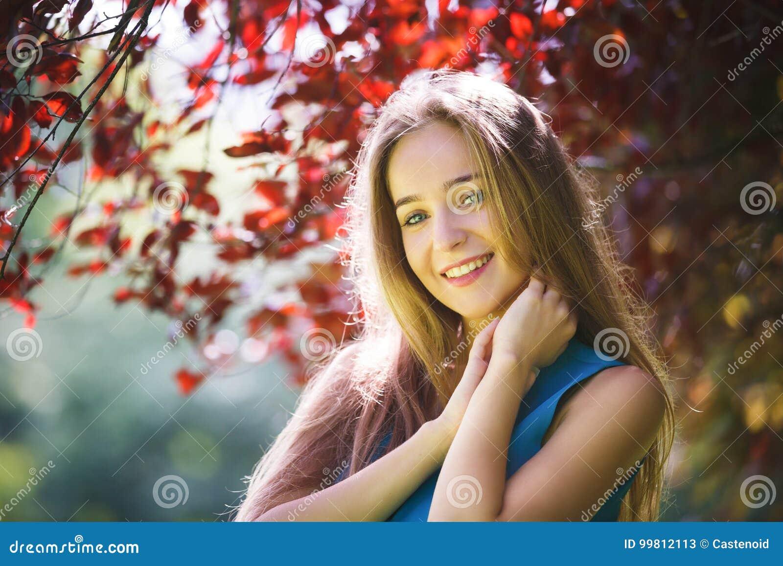 Portret van het vrolijke jonge meisje
