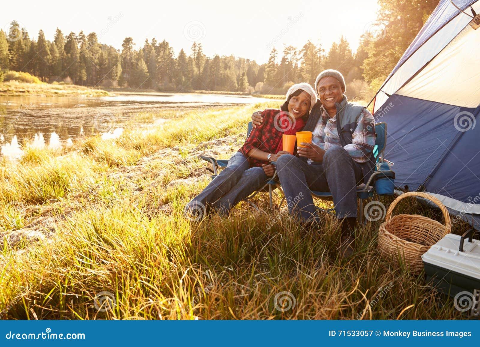 Portret van Hoger Paar op Autumn Camping Trip