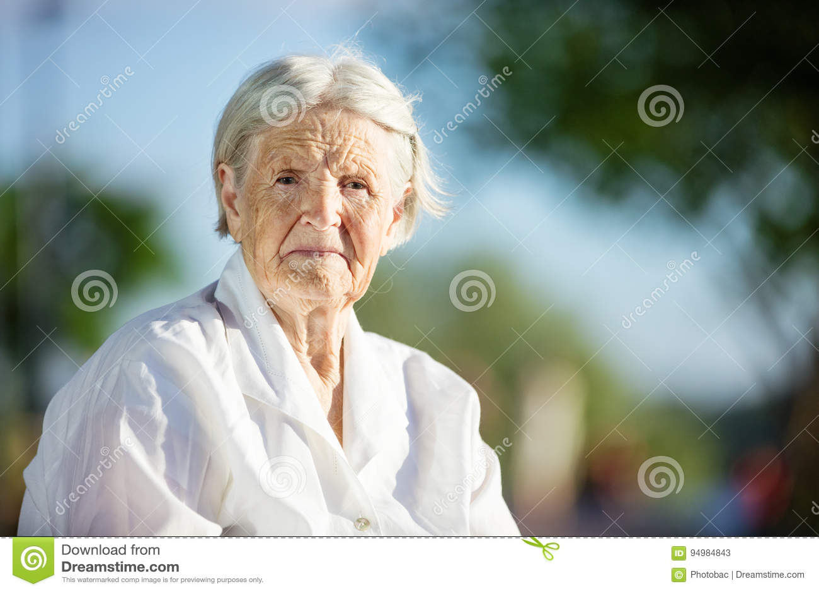 Portret van hogere vrouw in openlucht