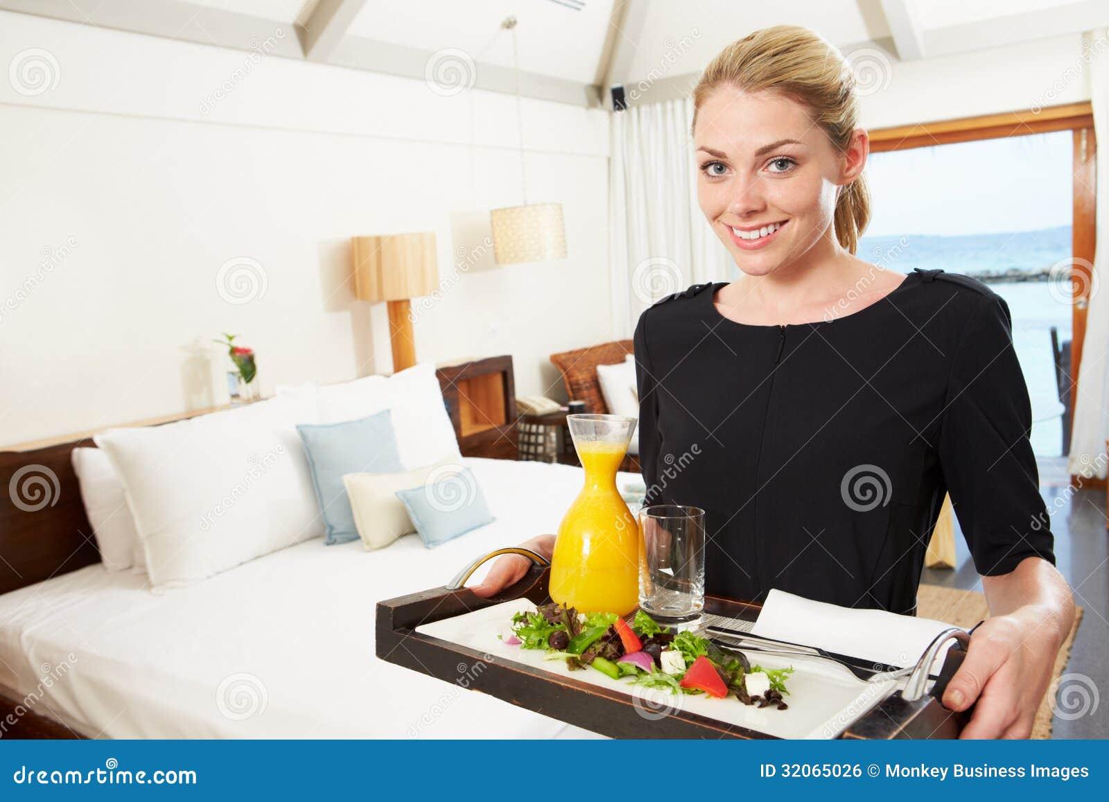 Portret van Hotelarbeider die Bediening op de kamermaaltijd leveren