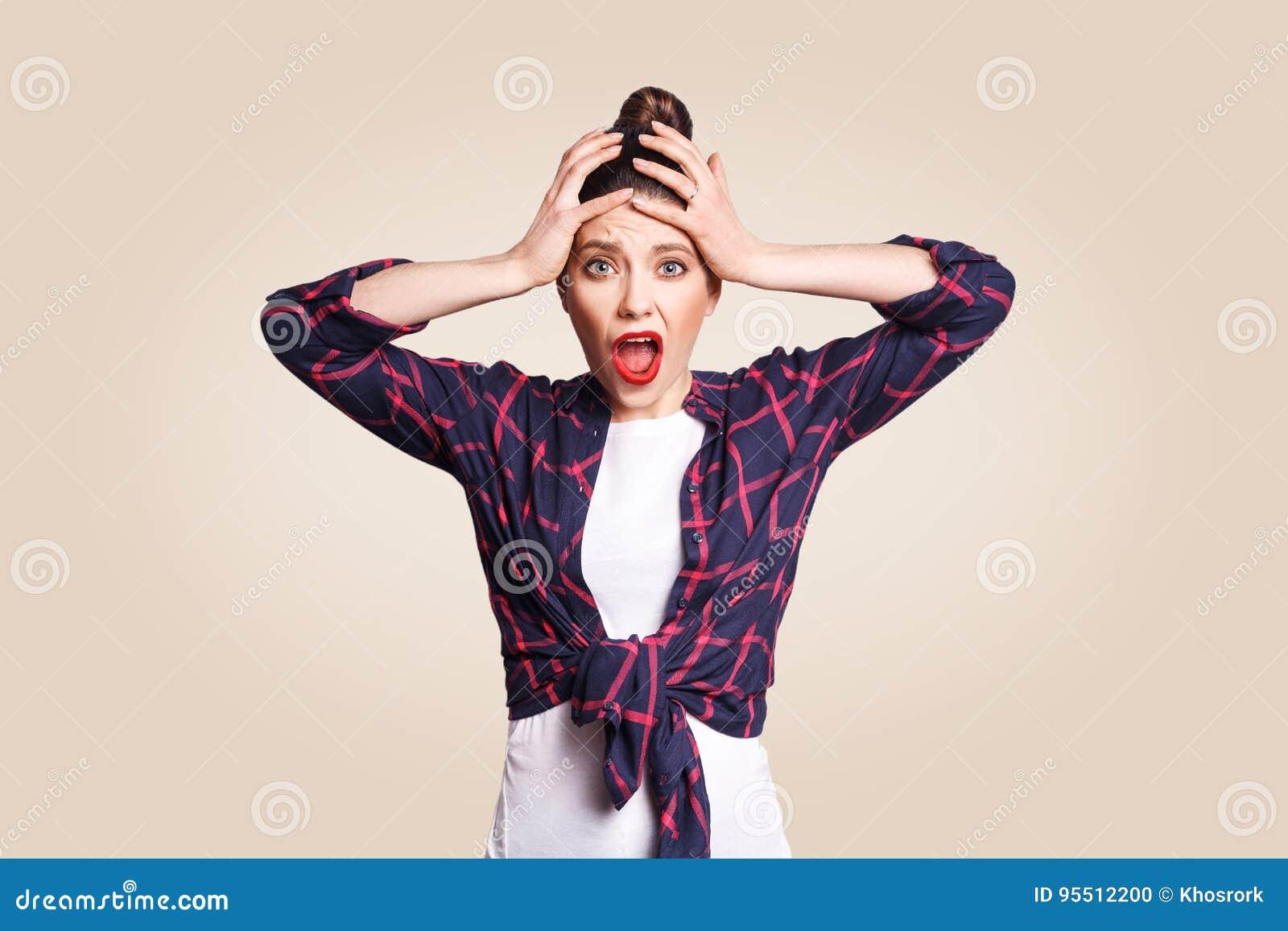 Portret van hysterisch Kaukasisch meisje die met broodjeshaar in wanhoop en paniek kijken, die laat voor belangrijke examen of ge