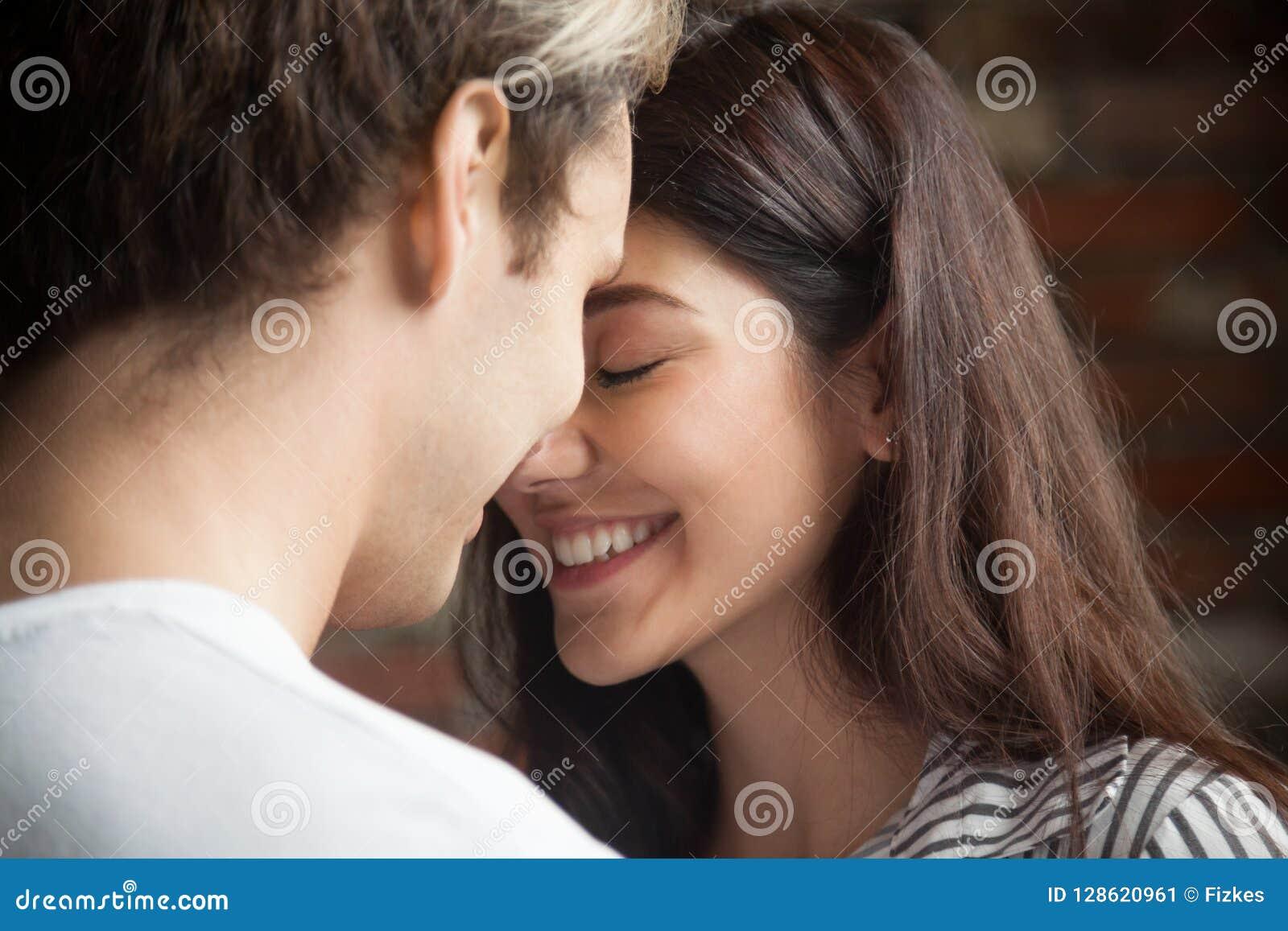 Portret van jong hartelijk romantisch paar in liefde
