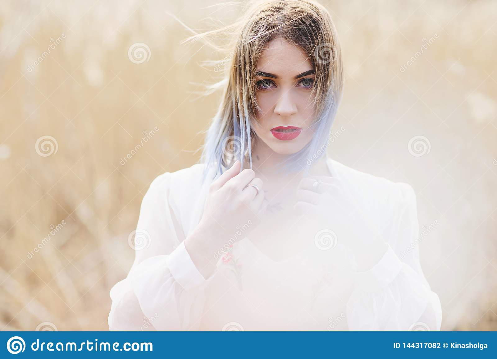 Portret van jong mooi meisje in de witte kleding op tarwegebied, onbezorgd lopen, Het genieten van de van mooie zonnige dag