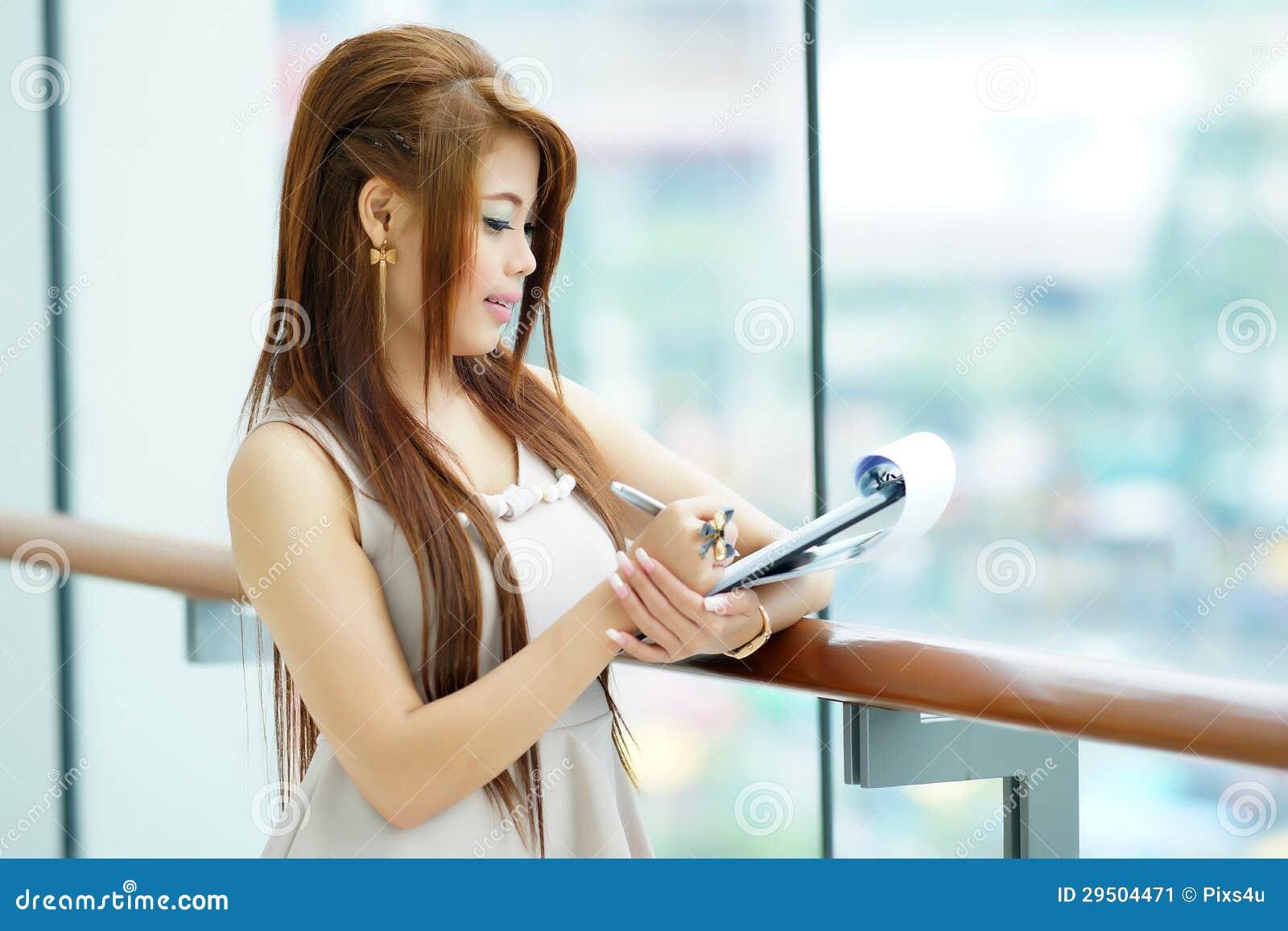 Portret van jonge bedrijfsvrouw status dichtbij venster in modern