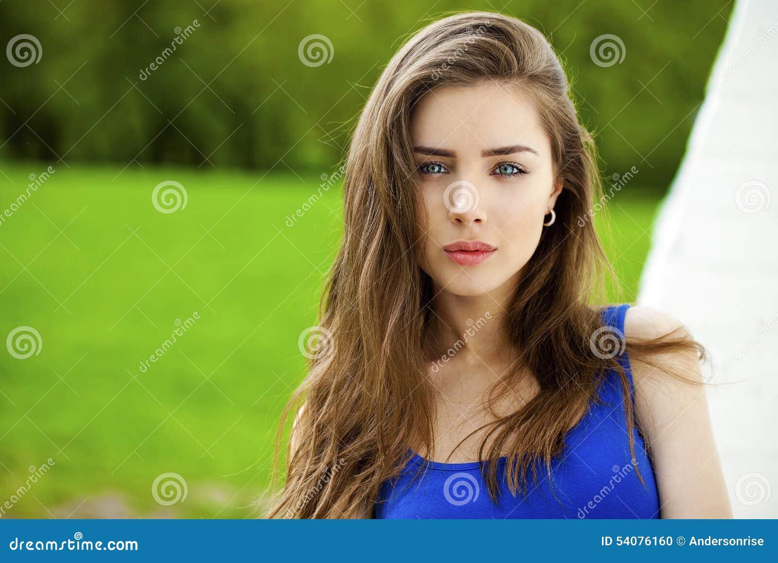 Portret van jonge donkerbruine vrouw
