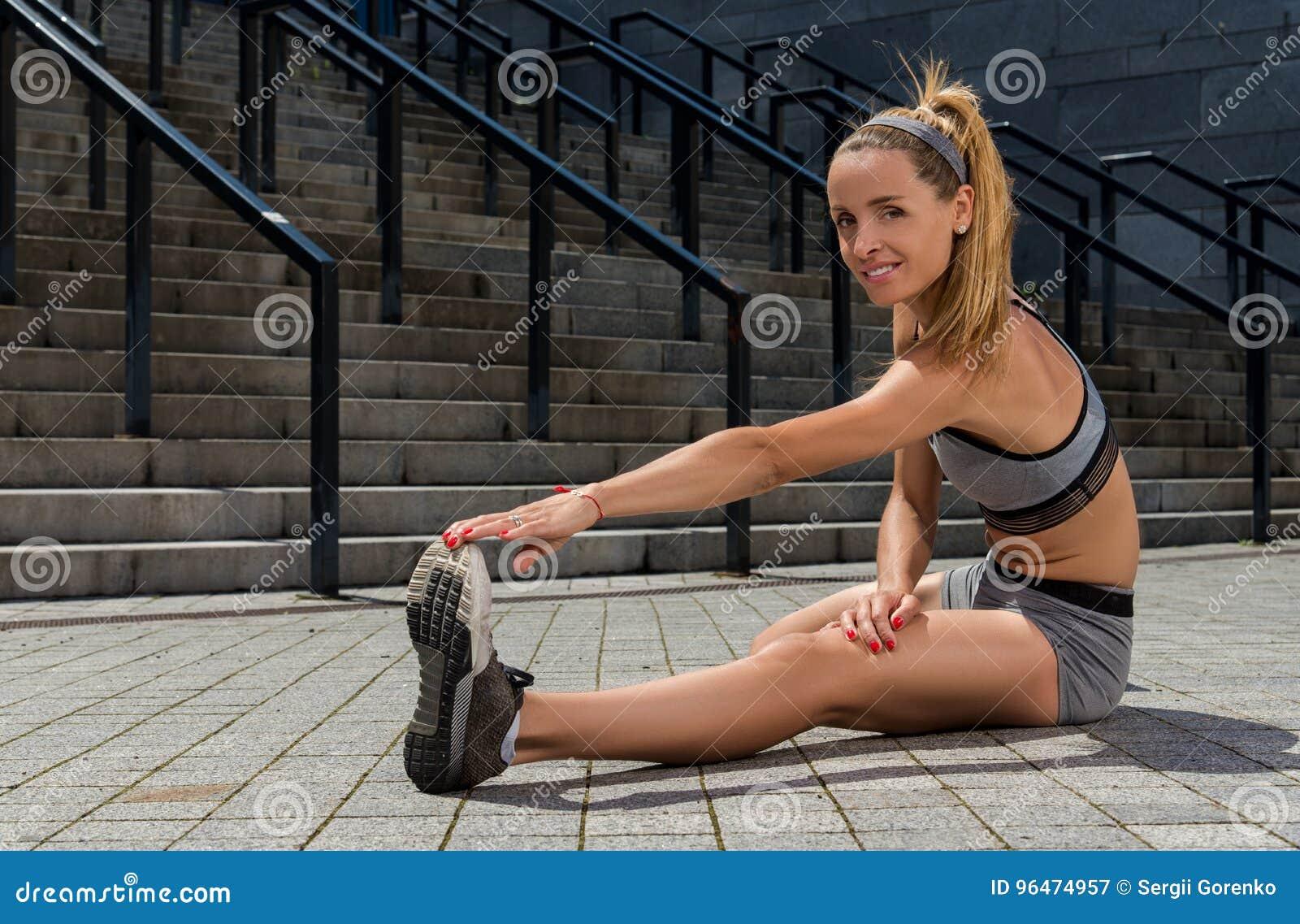 Portret van jonge en mooie vrouwelijke geschiktheid opleiding Sportmotivatie