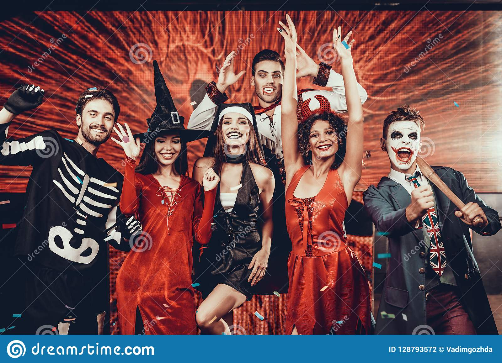 Enge Halloween Kostuums.Portret Van Jonge Glimlachende Mensen In Enge Kostuums Stock