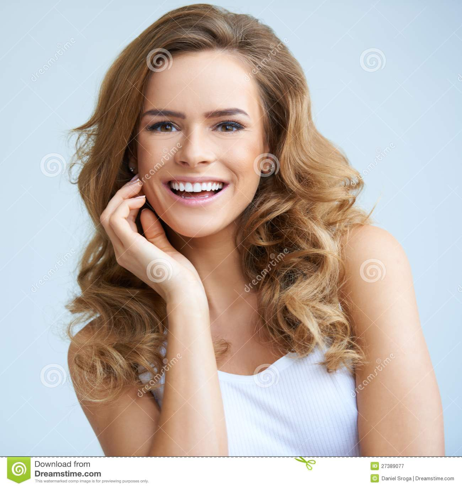 Portret van jonge glimlachende mooie vrouw
