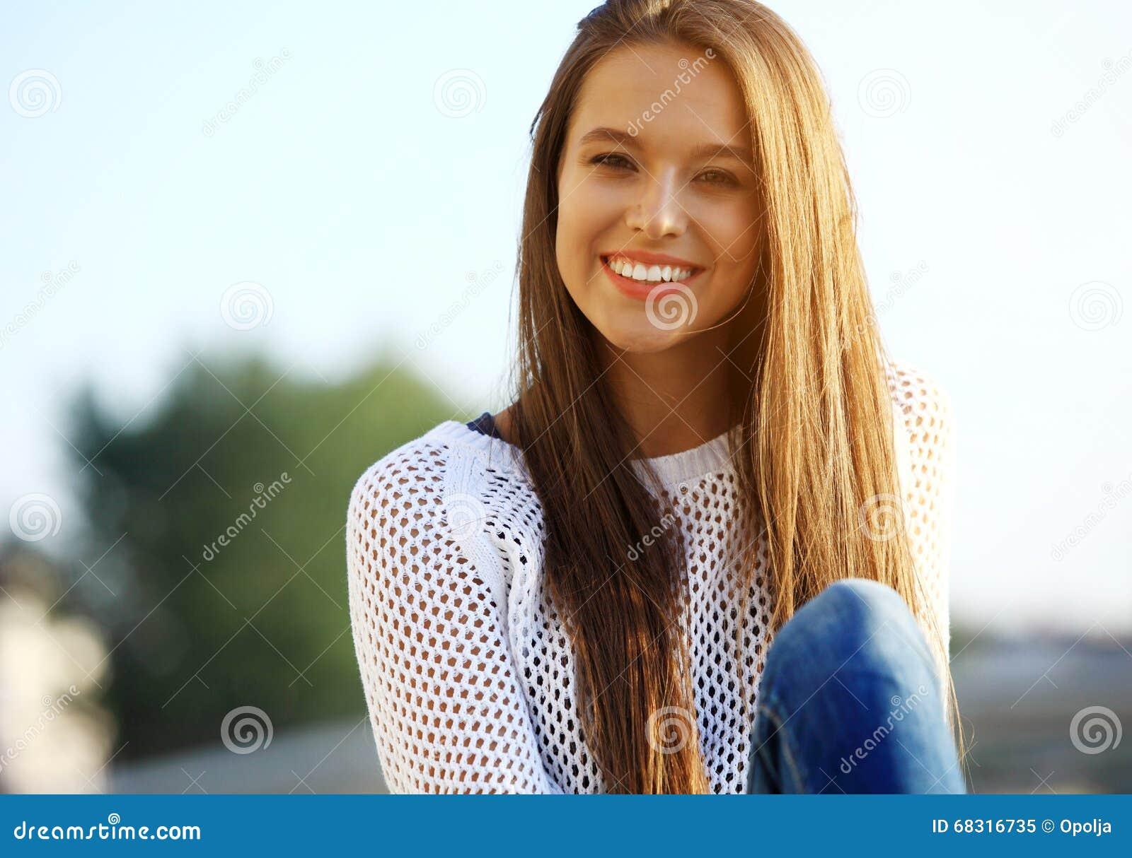 Portret van jonge glimlachende mooie vrouw Close-upportret van het verse en mooie jonge mannequin openlucht stellen