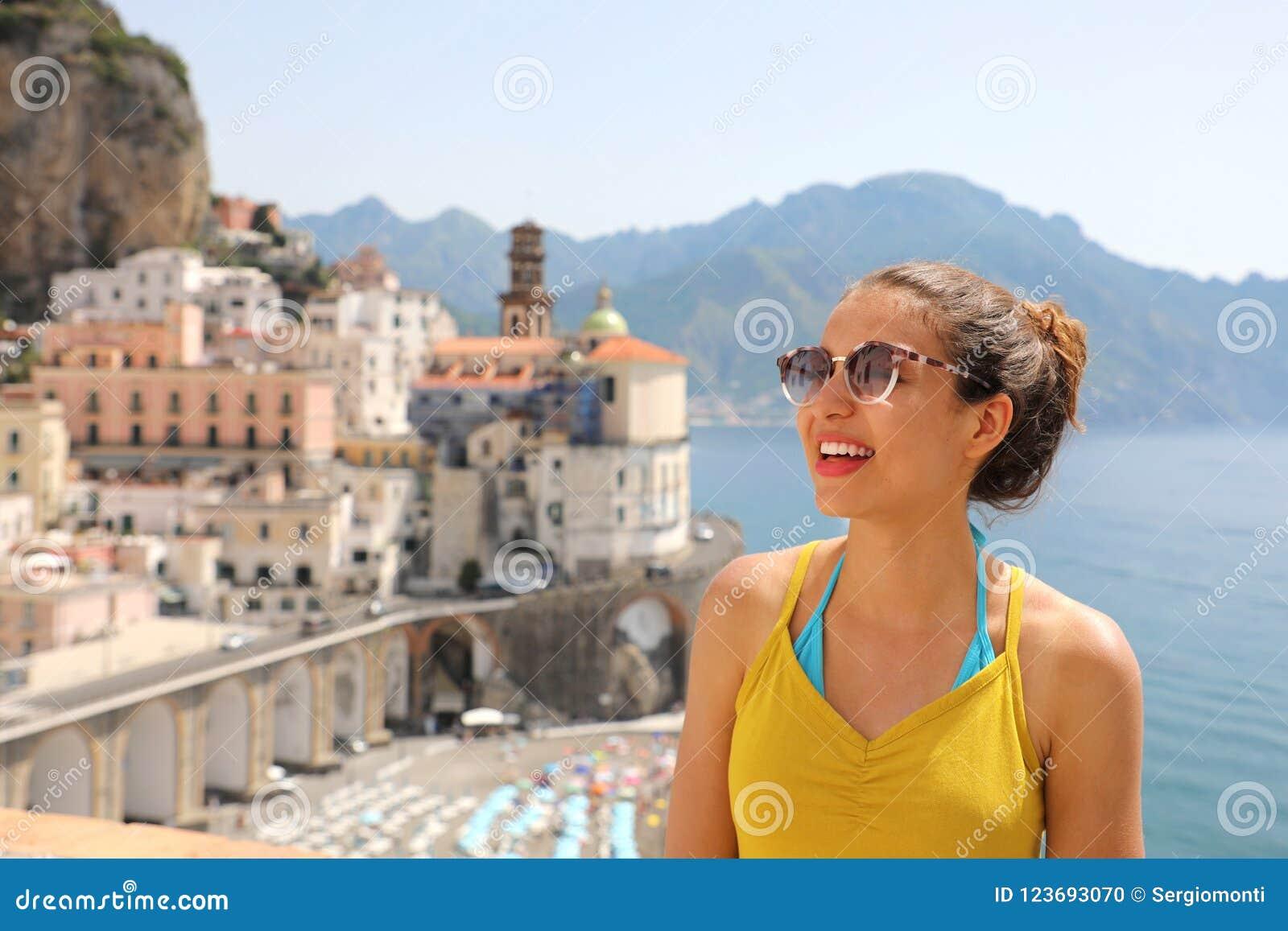 Portret van jonge glimlachende vrouw met zonnebril in Atrani-dorp, Amalfi Kust, Italië Beeld van vrouwelijke toerist